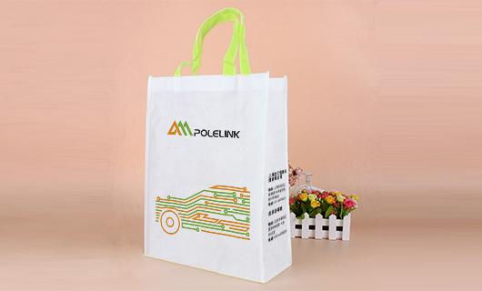 手提袋设计选用了线的形式展开设计成汽车简笔画